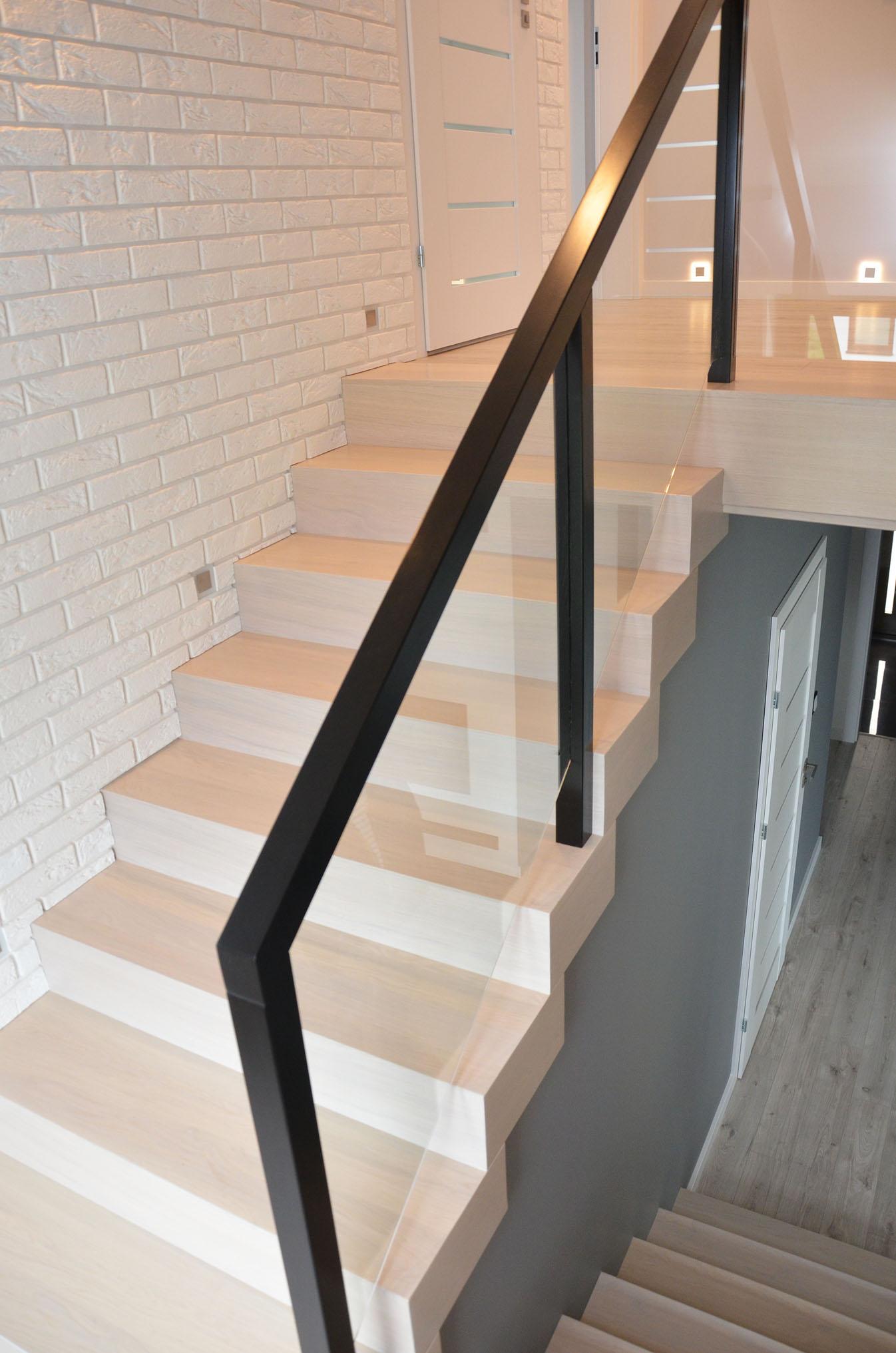 ab-schody-drewniane-dab-bielony-z-czarna-balustrada-1