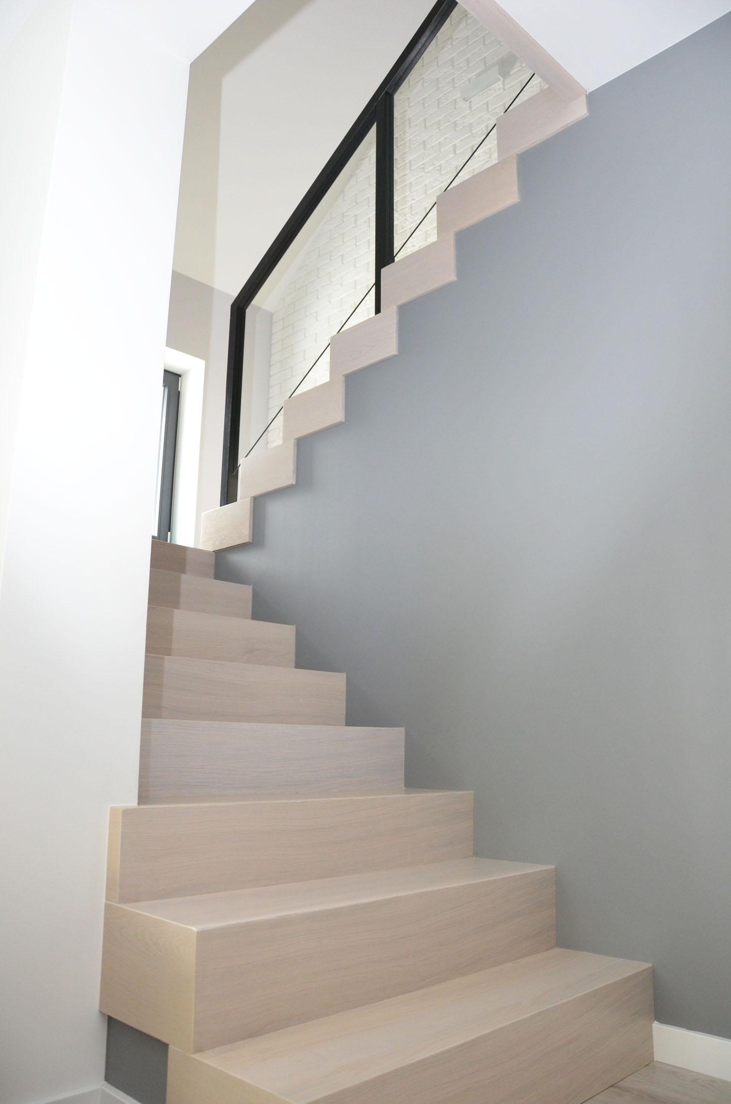 ab-schody-drewniane-dab-bielony-z-czarna-balustrada-3