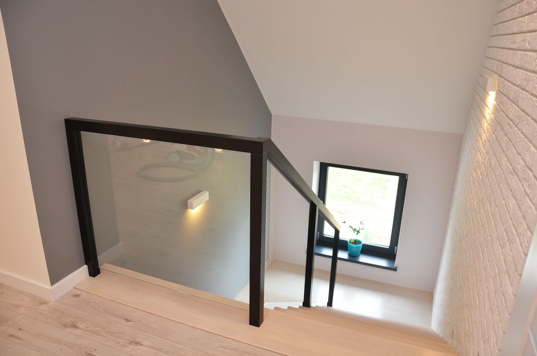 ab-schody-drewniane-dab-bielony-z-czarna-balustrada-5