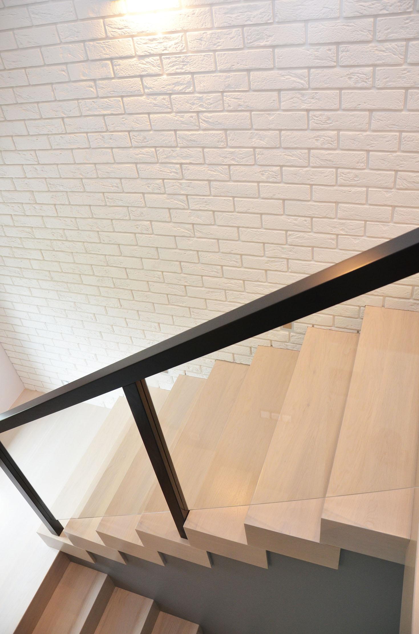 ab-schody-drewniane-dab-bielony-z-czarna-balustrada-6