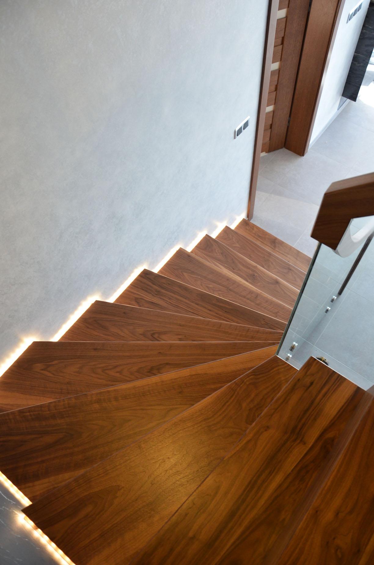 ab-schody-dywanowe-z-orzecha-amerykanskiego-7