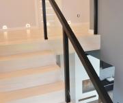 ab-schody-drewniane-dab-bielony-z-czarna-balustrada-2