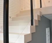 ab-schody-drewniane-dab-bielony-z-czarna-balustrada-4