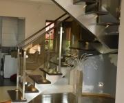 schody-drewniane-ze-stali-nierdzewnej1