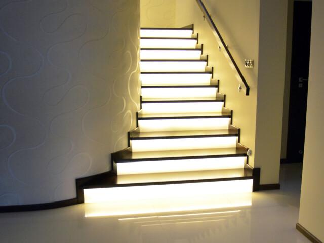 Schody na beton z podświetlonymi podstopniami
